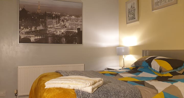 Large double room in quiet household