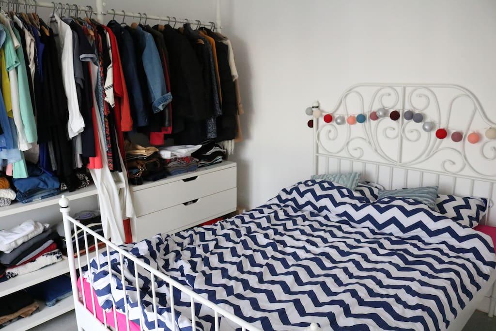 Chambre spacieuse, avec grand lit.