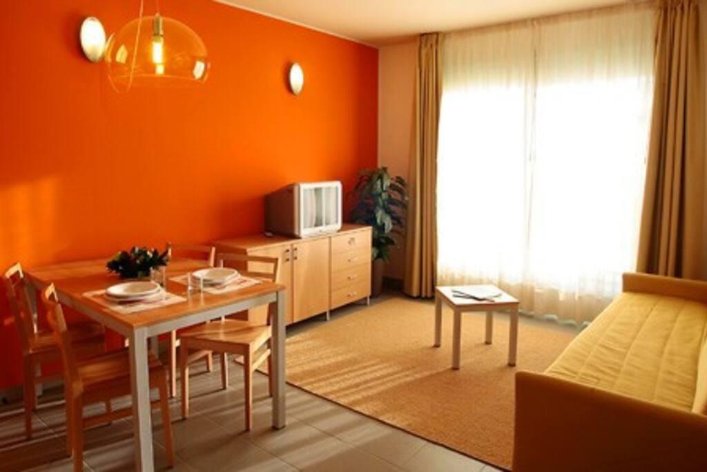 Soggiorno cucina con ampio terrazzo panoramico  divano letto e TV