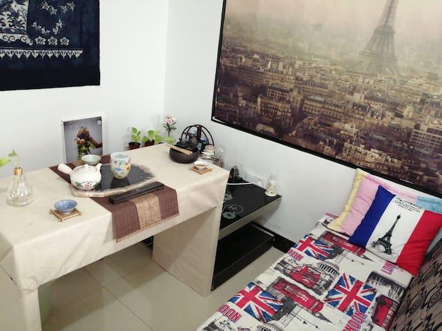 义乌国际商贸城步行7分钟直达,共享公寓,服装设计师的家,可开豪车接站,可提供商城贸易服务。
