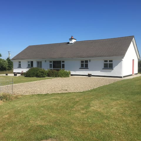 Spacious, comfortable house edge of the Burren - Corofin - Bungalow