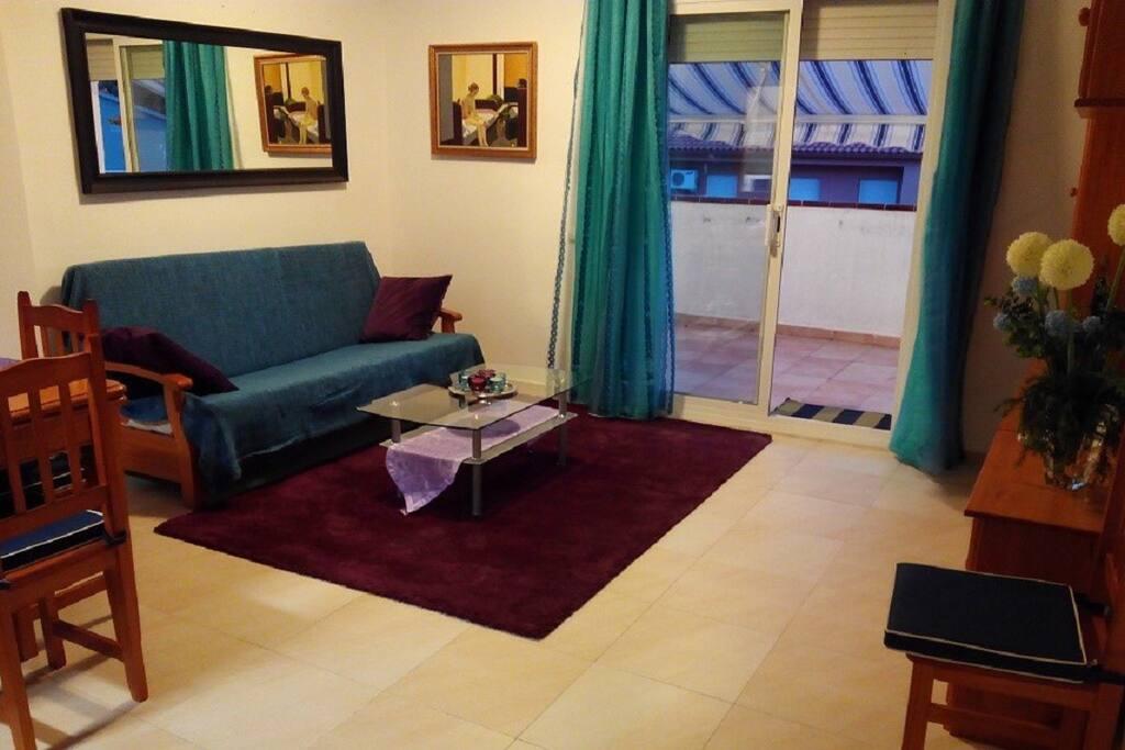 Salón, confortable y amplio.