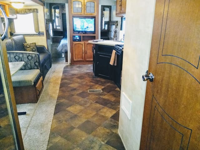 ☆ 30' Travel Trailer 2 Bedrooms, No Cleaning Fees