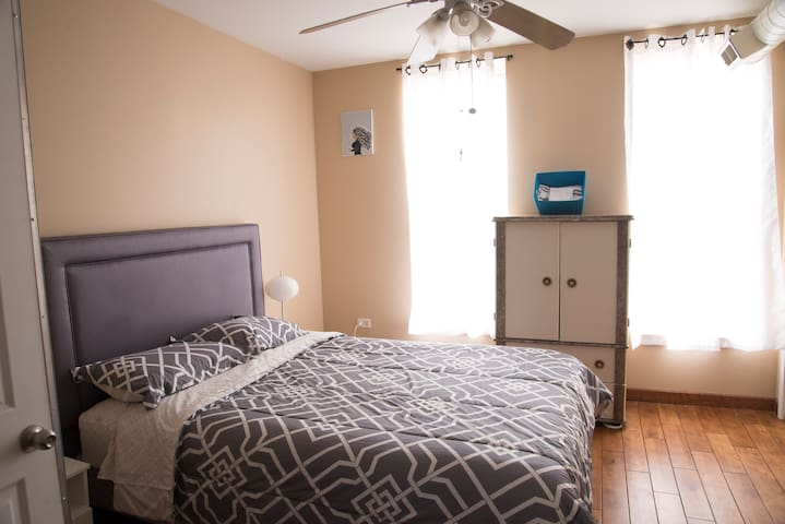 Queen bed close to Downtown and  24 hour train