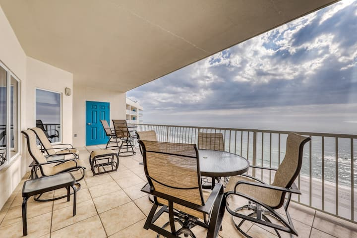 Family Gulf-front condo w/ balcony, boardwalk to the beach & pools/hot tub!