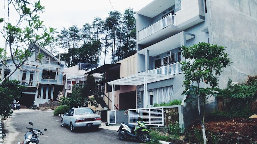 SAYANA HOUSE : Minimalist Concept - Bandung  - 獨棟