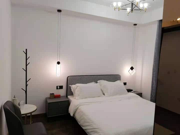 小米米轻奢电竞双人大床房,2080显卡,电竞曲面屏电竞主机光轴键鼠,智能门锁,免费烘洗衣服,