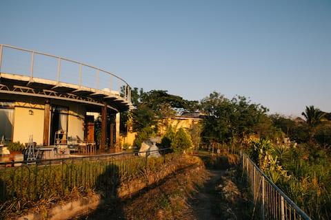 Casa de artistas sobre Lago de Coatepeque