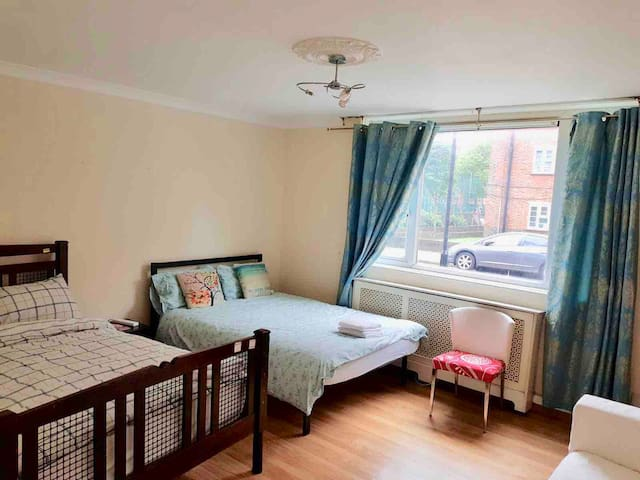 1C Huge Private Room with sofa /Camden Station.