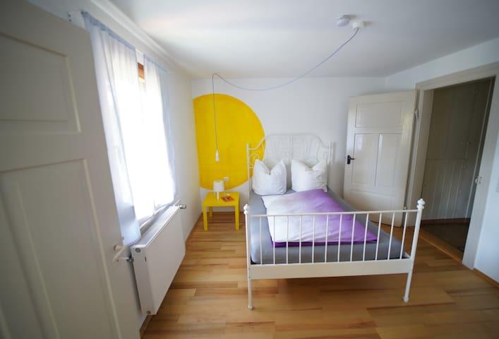 Kleines Schlafzimmer mit Doppelbett 140x200cm