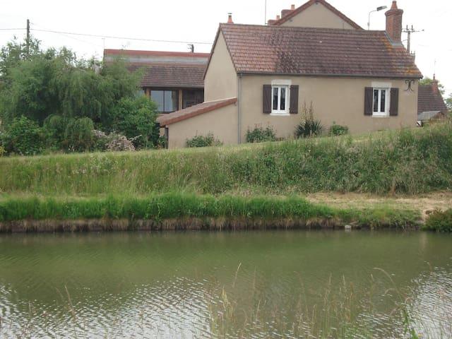 Maison au bord du canal - Lamenay-sur-Loire - Hus