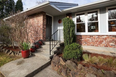 Spacious 3 BR Home w/ GreatLocation and Amenities