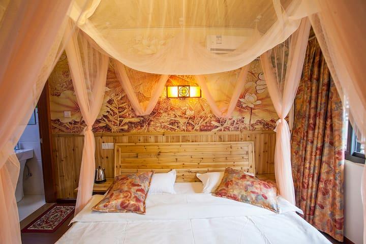 花之恋情侣大床房房间设施齐全,独立卫生间,24小时热水,WiFi全覆盖
