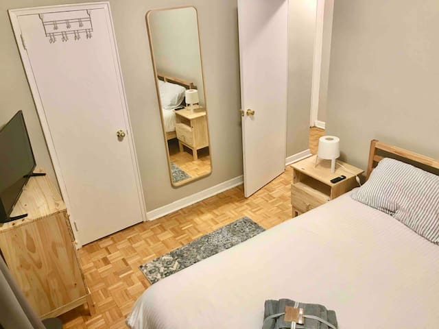 PRIVATE ROOM -  DOWNTOWN - 2 MIN AWAY FROM SUBWAY