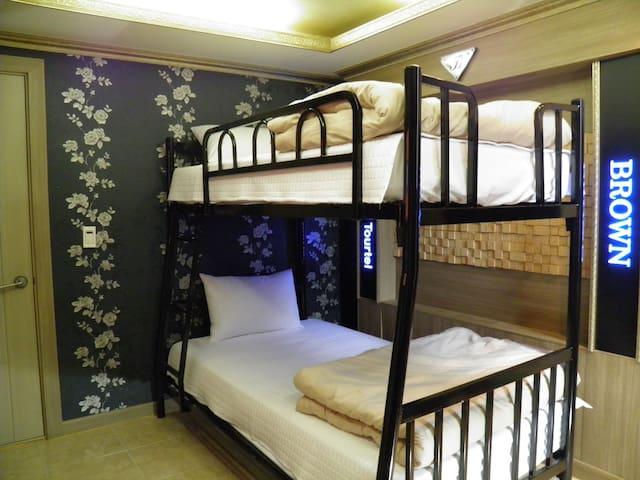 2층 침대와 추가 온돌침구류가 준비 되 있습니다.