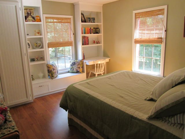 Home with private bedroom and morning coffee - Madison Heights - Dom