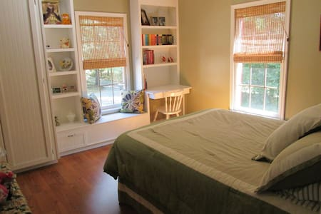 Home with private bedroom and morning coffee - Madison Heights