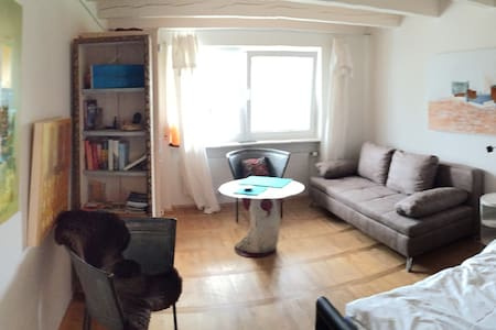 Small apartment lovely arranged with own art - Salem - Radhus