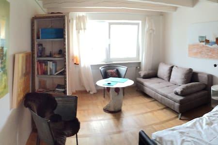 Small apartment lovely arranged with own art - Salem - Rumah bandar