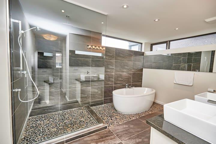 New Home Close to Niagara Falls - Thorold - House