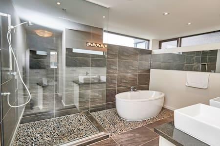 New Home Close to Niagara Falls - Thorold - Huis