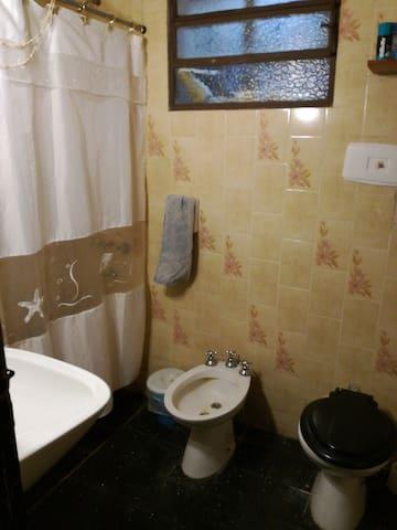 Toilete o baño para necesidades fisiologicas y ducha.