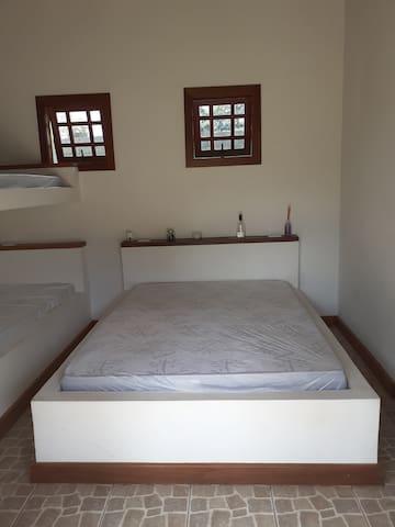 Esta é a suíte número 3. Com espaço para 4 pessoas.  - 1 cama de casal alvenaria - 1 cama beliche alvenaria - 1 banheiro  Temos cesto para roupa suja, aromatizador de ambiente, inseticida de tomada e em spray. Estes itens estão em todas as suítes.