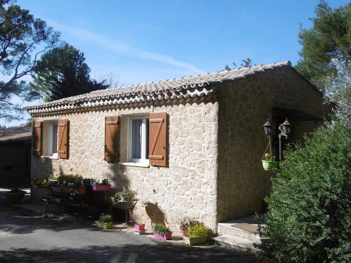 Maisonnette sous pins et oliviers
