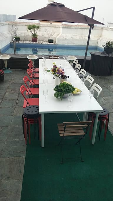 想像一下在泳池边的西餐派对…这是顶层私家泳池旁的花园