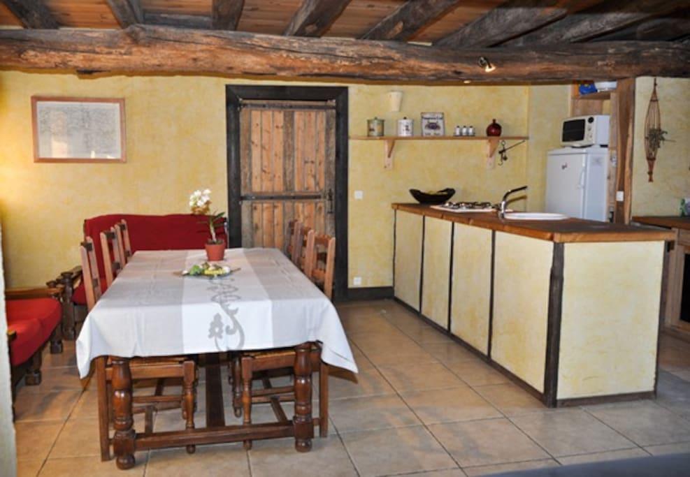 Partie cuisine ouverte et salle à manger
