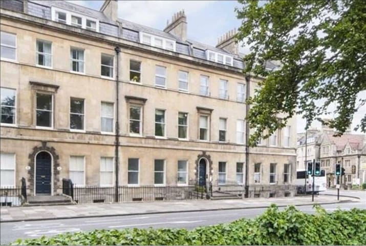 The Henrietta - City Centre Flat with Parking