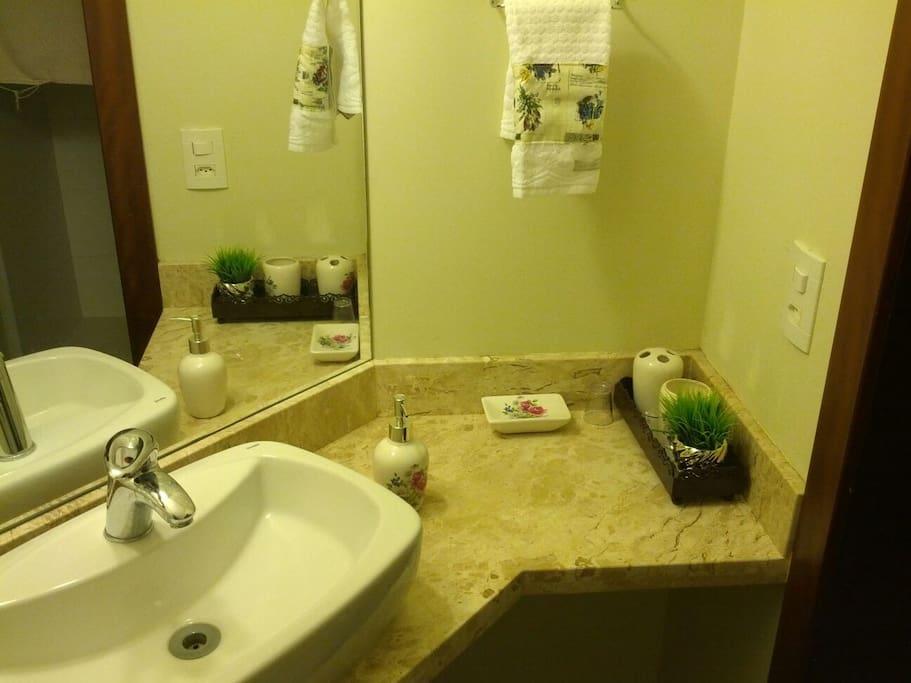 Esta é sua suíte! Banheiro, ítens básicos de higiene disponíveis: shampoo condicionador, toalhas de banho etc...