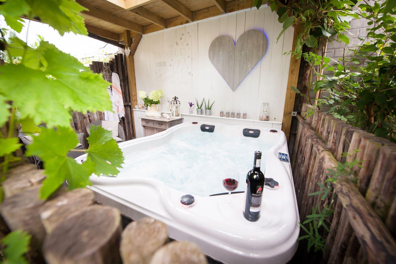 Op elk moment van de dag kan je even heerlijk relaxen in de jacuzzi ! Exclusief te gebruiken voor onze gasten.