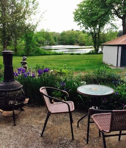 Studio overlooking the pond. - Hopedale - Apartemen