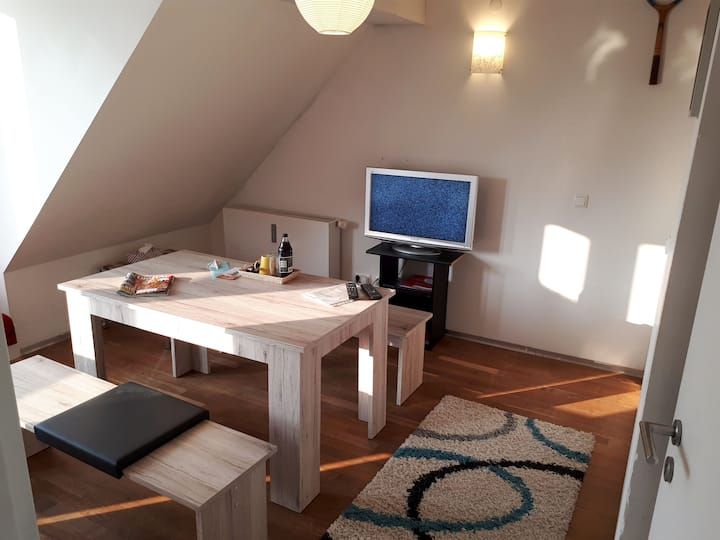 Dachgeschoss Apartment mit Wifi und TV, nähe Bhf