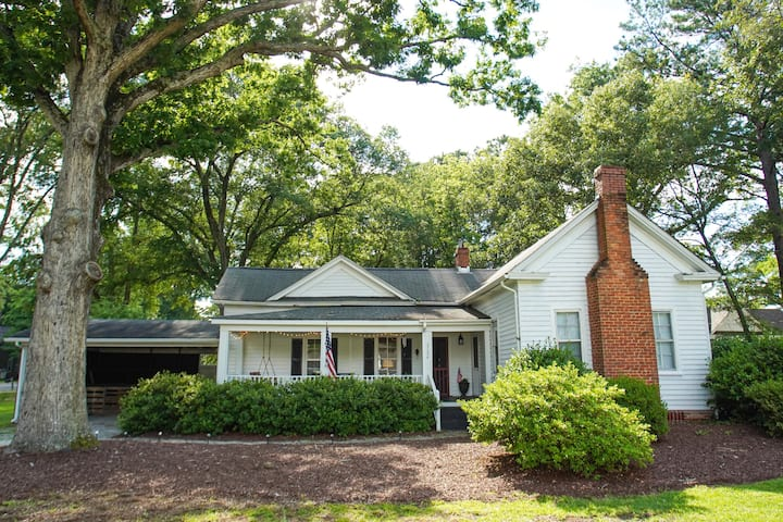 Historic farmhouse minutes from downtown Wendell