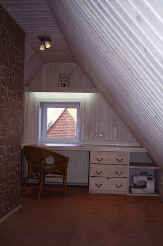 Zusätzlich bietet der Dachboden einen weiteren Schreibtisch, sollte euch die Arbeit zu uns führen. Das WLAN reicht natürlich bis hier oben.