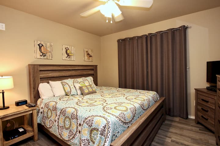 Riverside Retreat | WiFi | King Bed | Two Pools