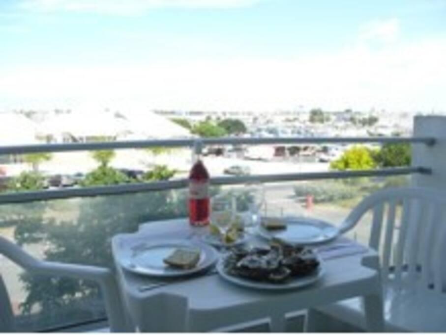 Terrasse privative idéale pour petit-déjeuner, repas et apéros