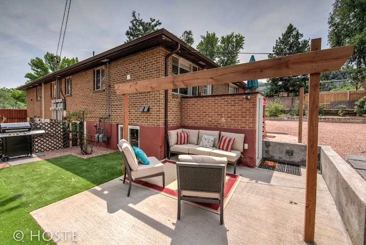 2BR Comfy condo & cute patio Broadmoor area