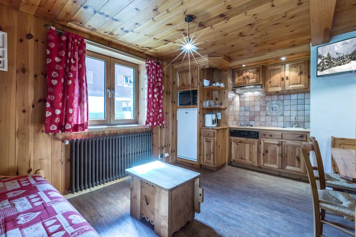 Apartment in a rustic chalet, Ski-in/Ski-out, right in the heart of the old village with a small terrace