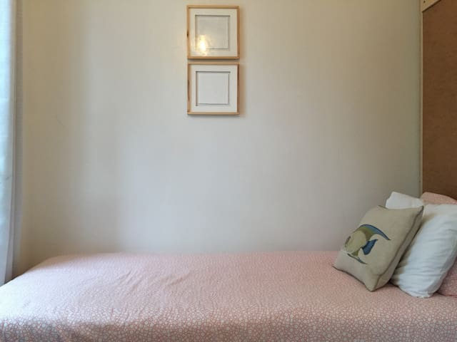 The Shelf: Bedstuy Cozy room