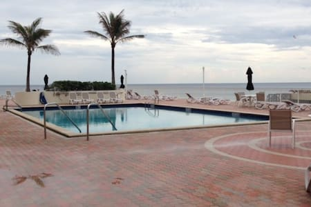 Beautiful Classic Condo - Breath-taking Oceanfront - Palm Beach - Apartamento