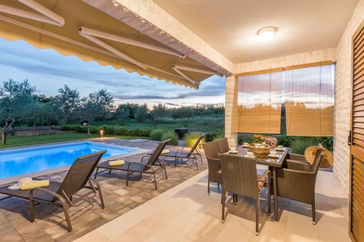 Brandneue Villa mit Pool- your dream vacation