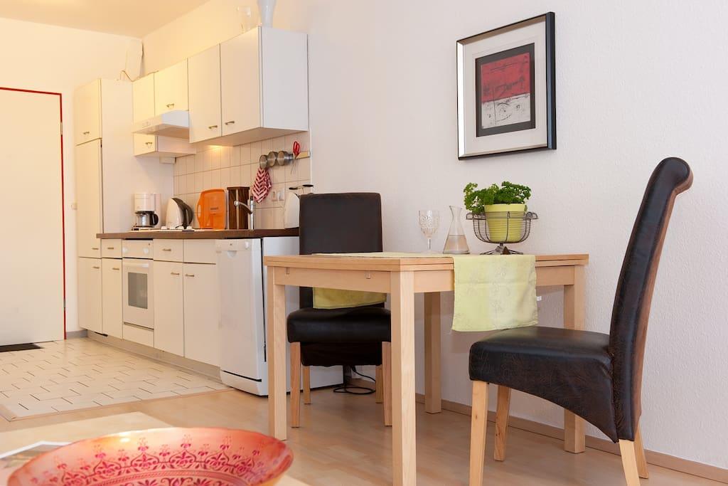 Esstisch für zwei mit bequemen Stühlen