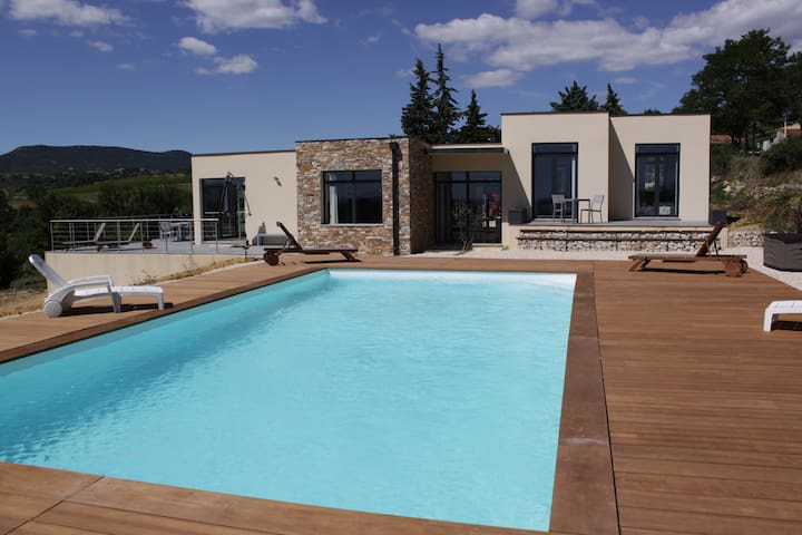 Maison contemporaine Piscine avec vue panoramique