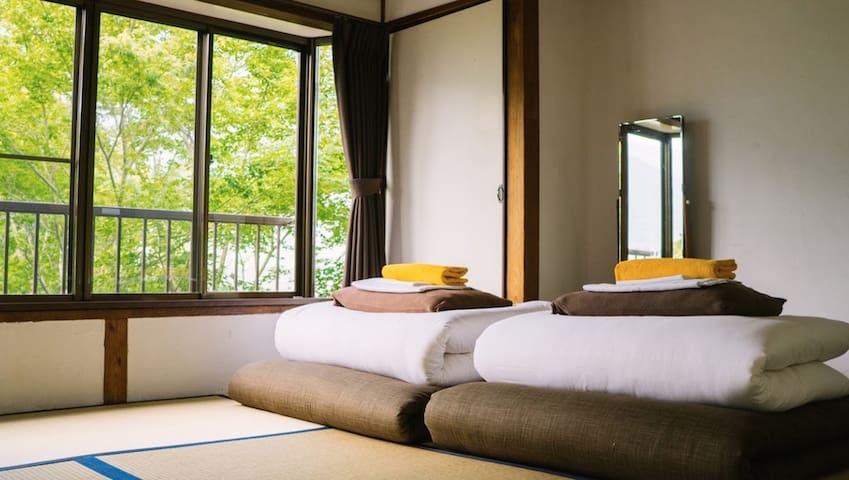 2名様用の和室となります。 ご自身でお布団を敷いていただいております。 お部屋のタイプが2種類あります。