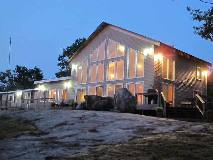 Beautiful Muskoka Cottage Sleeps 26 People