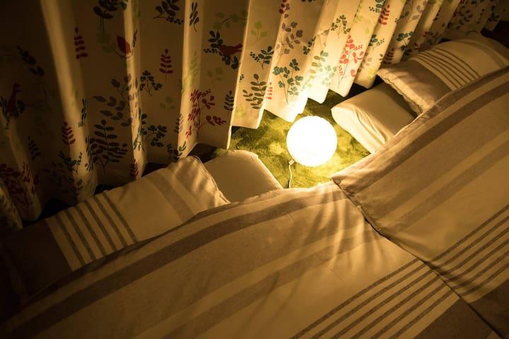 A futon is in the closet.衣柜内放有日式床褥。