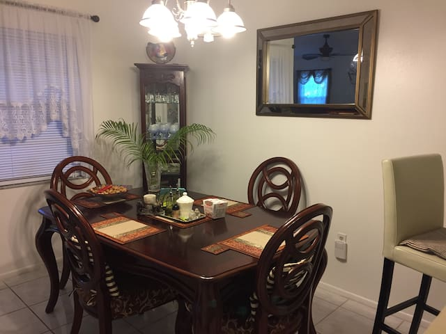 Cozy 1br/1ba, TV, Internet, A/C, close by to IMG